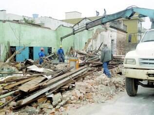 Força. Casa desabou com a força do vento e da chuva, em Pelotas (RS), na noite de anteontem