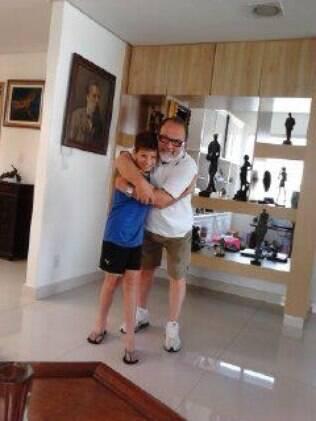 Caio ganhou um avô amoroso quando Carlos reconheceu a paternidade de Tatiana.