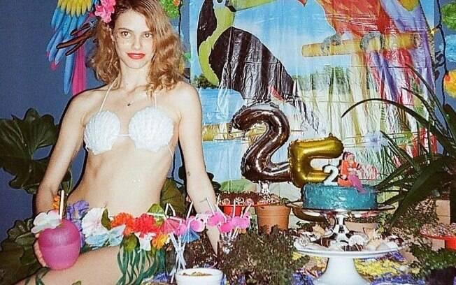 Laura Neiva comemorou os 25 anos com uma festa tropical com direito a uma fantasia sensual que desencadeou elogios