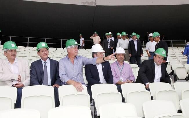 Ministro Aldo Rebelo e técnico Luiz Felipe  Scolari em visita ao estádio Castelão