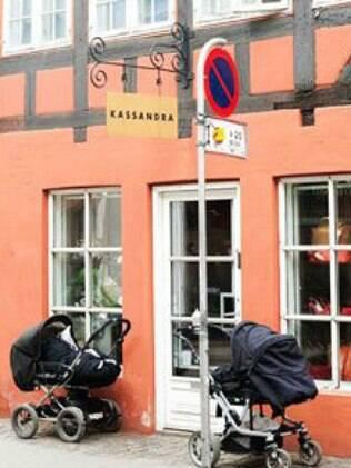 Carrinhos no lado de fora de cafés e das casas são comuns nos países nórdicos no inverno
