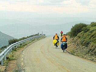 Clara e seu grupo de amigos pedalando no Caminho de Compostela