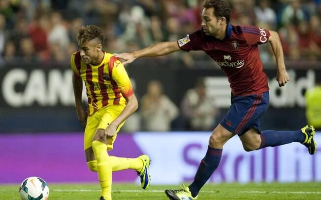 Lolo, jogador do Osasuna, tenta seugurar Neymar em partida contra o Barcelona
