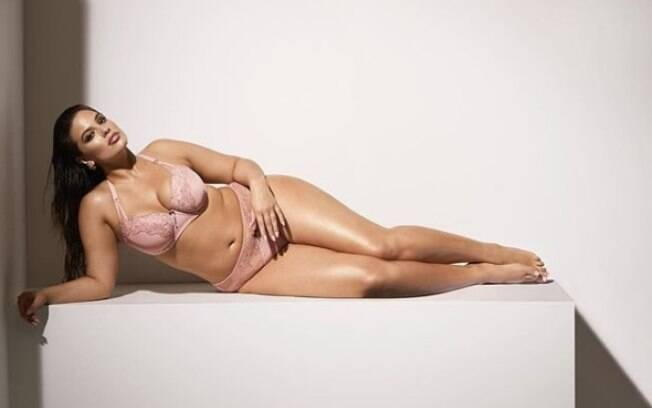 Modelo plus size Ashley Graham posa sensual de lingerie