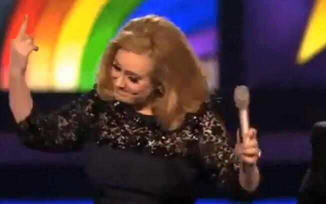 Adele protestou na noite de terça (21), no Brit Music Awards, em Londres