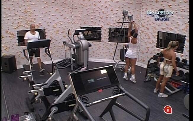 Fabiana, Kelly e João Carvalho suam a camiseta na academia