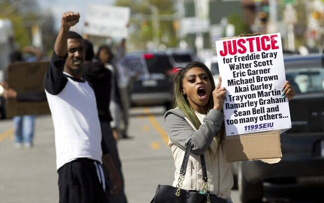 A polícia de Baltimore, nos Estados Unidos, prendeu 34 pessoas que participavam de protestos por causa da morte do jovem afro-americano Freddie Gray