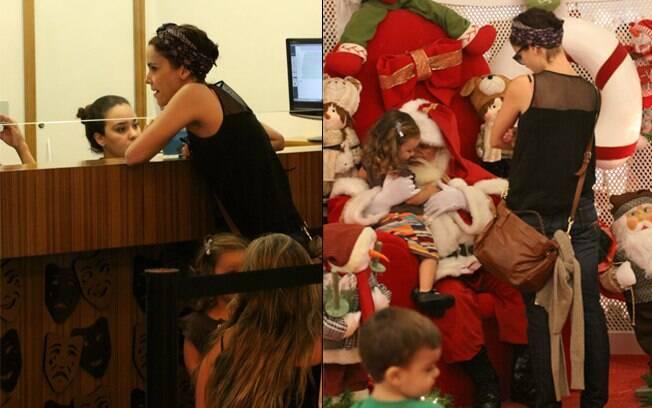 Débora Falabella compra ingressos na bilheteria; a atriz observa a filha no colo do Papai Noel