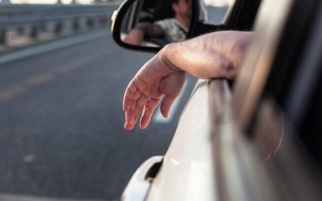 Você tem o costume de dirigir com o braço para fora do carro? Trata-se de uma infração de trânsito