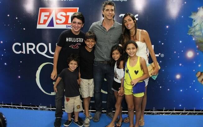 Marcio Garcia com os filhos e a mulher, Andréa Santa Rosa, que está grávida pela quarta vez
