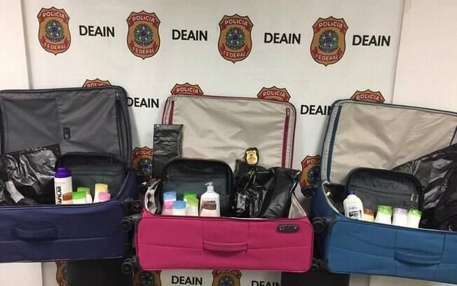 Cocaína estava escondida em invólucros nos forros das malas