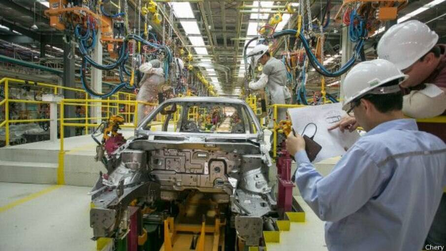 Presidente da Anfavea justificou a saída das montadoras do país: Custo Brasil muito alto