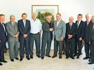 Articulação. Ex-presidente Lula tomou café da manhã com os senadores do PMDB, com objetivo de amenizar a crise com o governo
