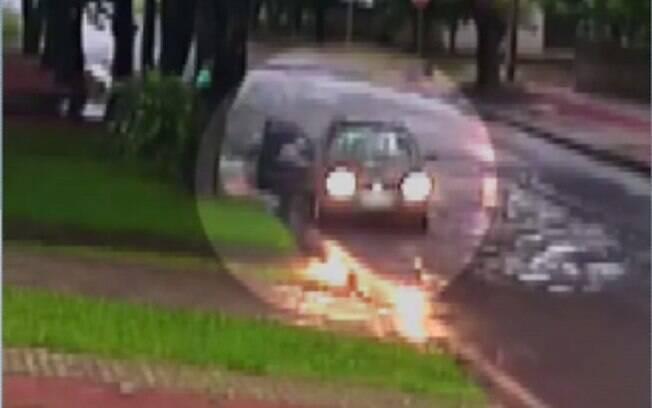 Câmeras de segurança registraram o momento em que a criança foi abandonada.