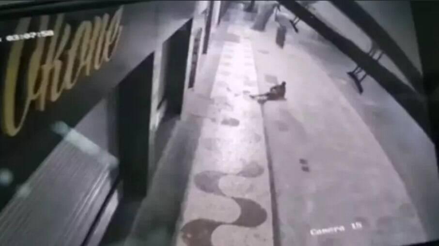 Ladrão é atingido por televisão após furtar escritório e cair do 2º andar