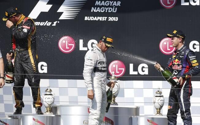 Vettel joga champanhe em Hamilton no pódio do  GP da Hungria
