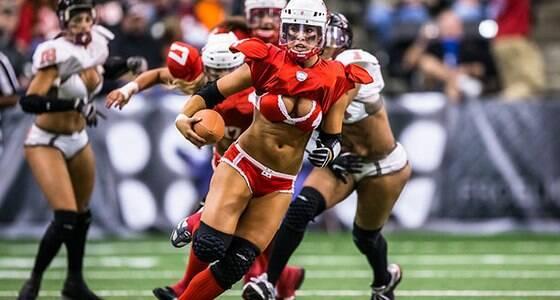"""Mulheres de lingerie no """"Super Bowl feminino"""""""