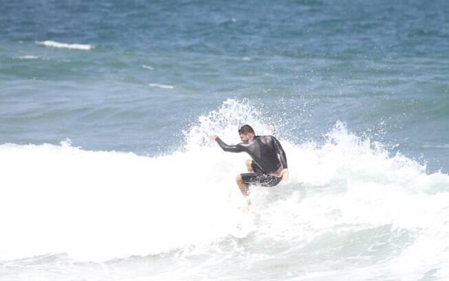 Com as roupas apropriadas, Cauã Reymond colocou os exercícios em dia com surfe