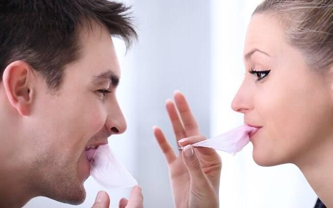 Além de gerar gases, mascar chiclete também pode fazer o estômago liberar enzimas digestivas que não serão usadas