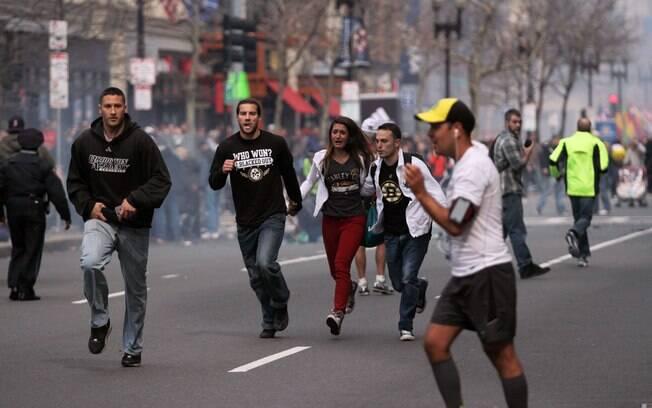 Pessoas correm após explosões na Maratona de Boston (15/04). Foto: AP
