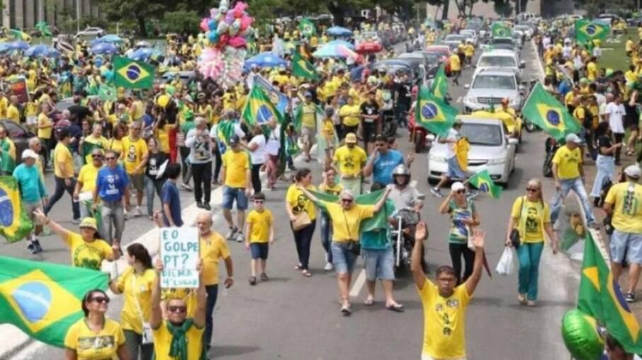 Manifestação a favor de Bolsonaro e contra o PT, na Esplanada dos Ministérios, em Brasília