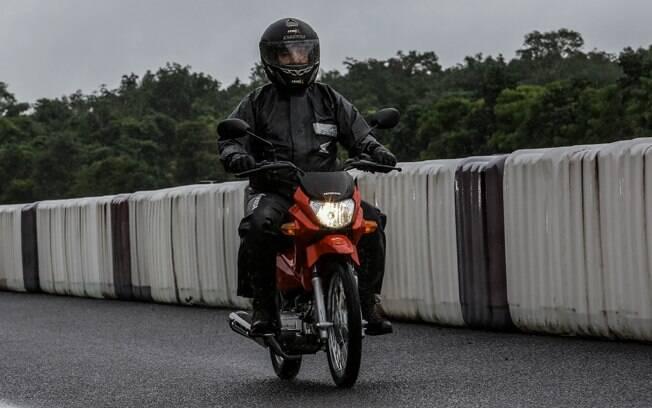 O peso de apenas 87 kg da Honda Pop 110i a torna leve e ágil entre suas principais características