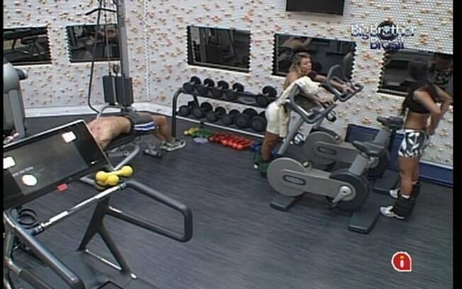 Confinados se empenham nos aparelhos da academia