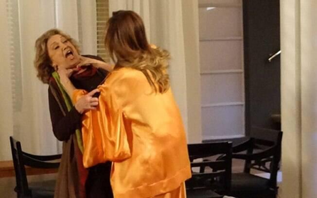Tereza Cristina avança no pescoço de Tia Íris depois que ela tira uma foto da vilã na cama com Pereirinha