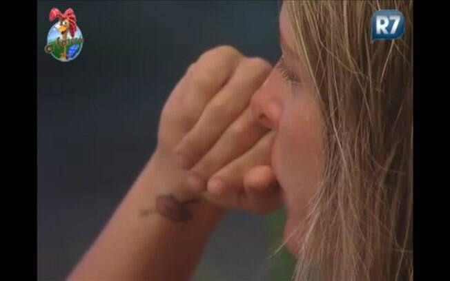 Joana chora na varanda