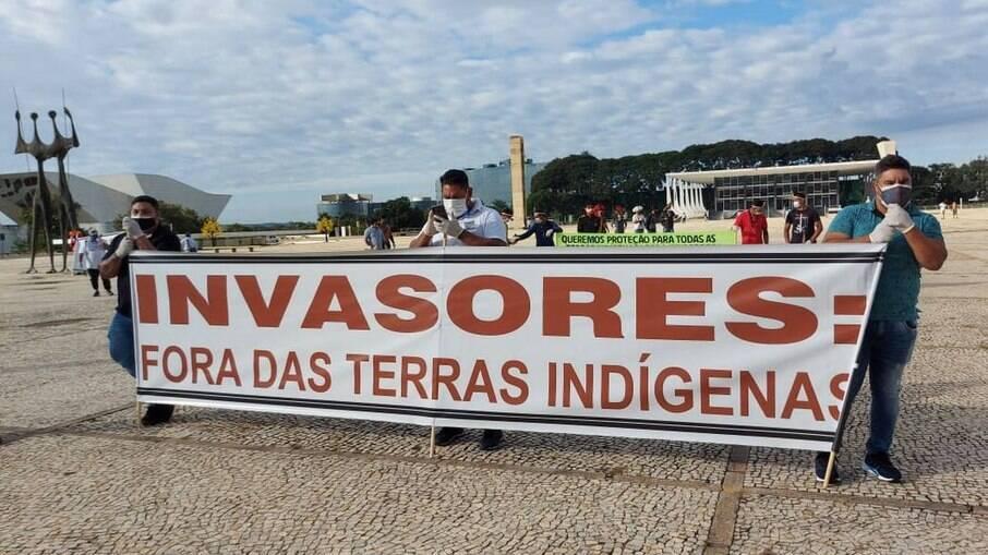 Indígenas fazem manifestação na praça dos Três Poderes