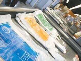 Sacolas plásticas normais serão substituídas por modelos com material renovável, com dimensões maiores e na cor verde