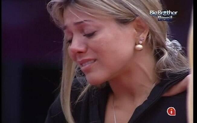 Por conta da pressão do jogo, Fabiana cai no choro enquanto lava a louça