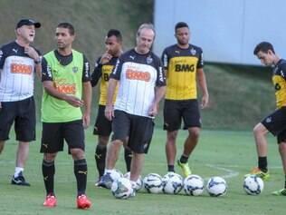 Levir Culpi começou a esboçar a equipe titular que enfrentará o Santos neste domingo com duas mudanças em relação à última partida