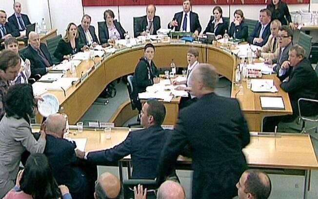 Wendi ficou conhecida internacionalmente depois de proteger o marido de uma torta jogada por um manifestante, durante uma audiência no parlamento britânico