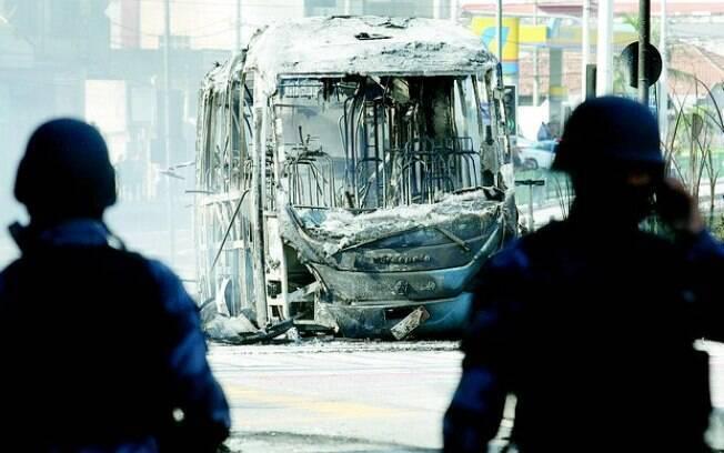 Policiais vigiam veículo do BRT que foi incendiado; prejuízos passam de R$ 1,3 milhão