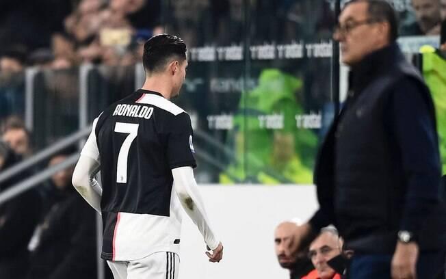 Cristiano Ronaldo nem olhou para o técnico Maurizio Sarri ao ser substituído