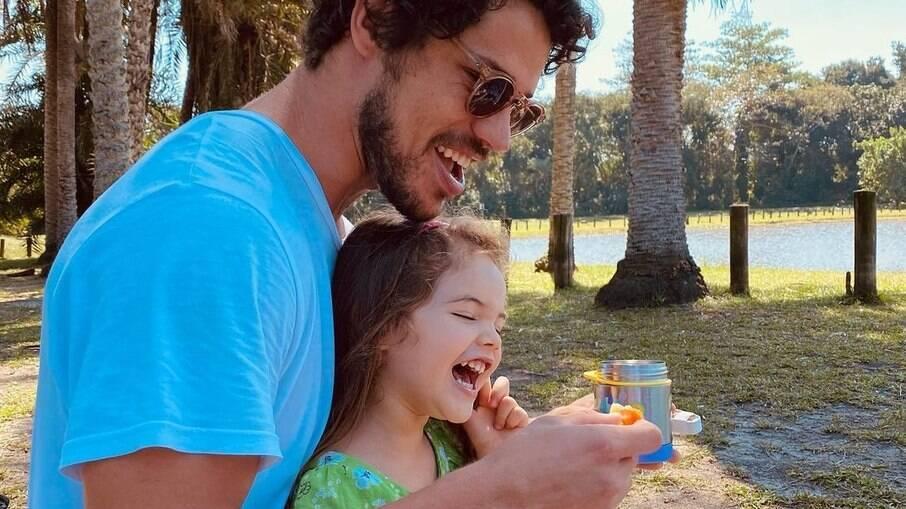 José Loreto curte feriado de sol ao lado da filha, Bella