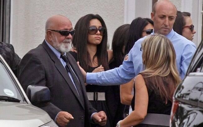 Barry Steenkamp, pai de Reeva (esquerda), vai  ao velório da filha em Pretória, África do Sul