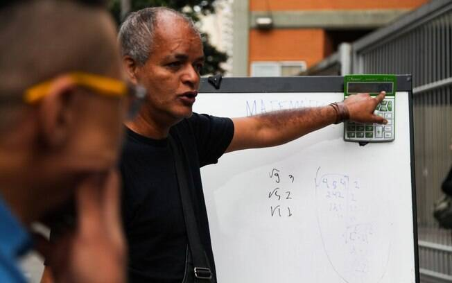 Professor Marcio realiza aula de matemática antes das provas do Enem 2015, em São Paulo. Foto: Futura Press