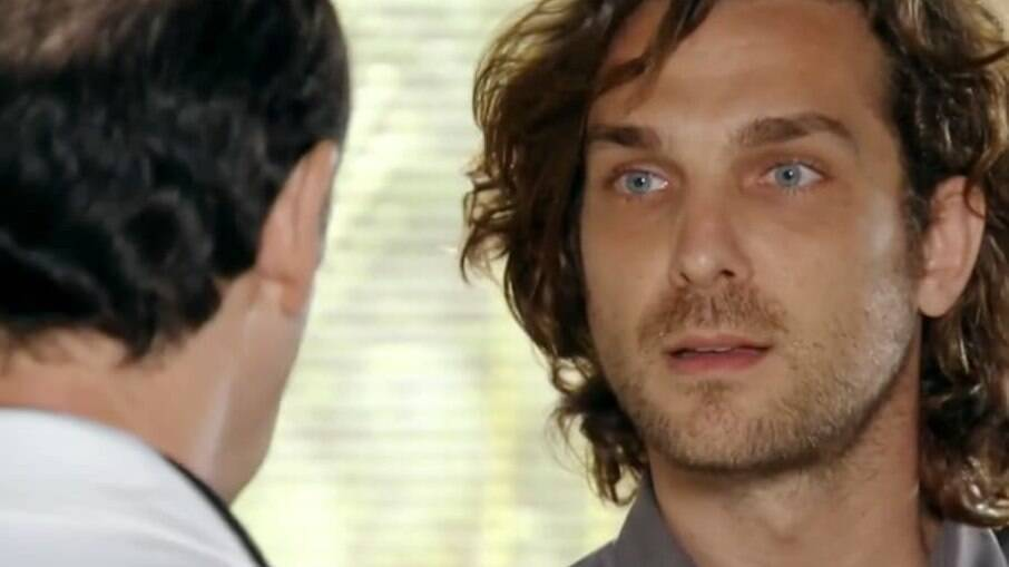 O médico informa a Alberto que Ester está gravida