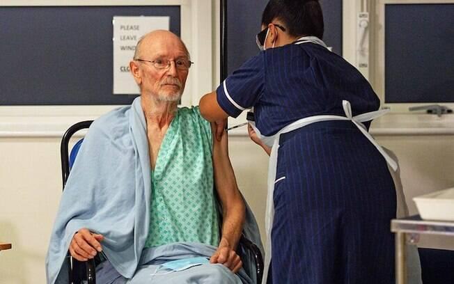 Idoso de 81 anos é segunda pessoa a ser vacinado contra o Covid-19
