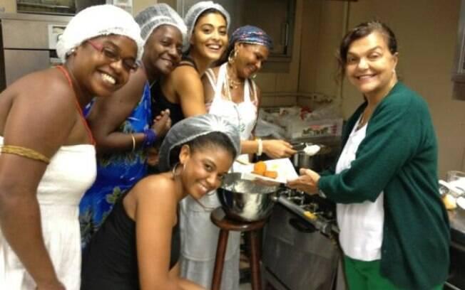 Juliana Paes prepara acarajé em aulas preparatória de sua nova personagem, Gabriela
