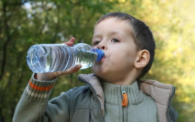 Resultado de imagem para criança bebendo agua mineral
