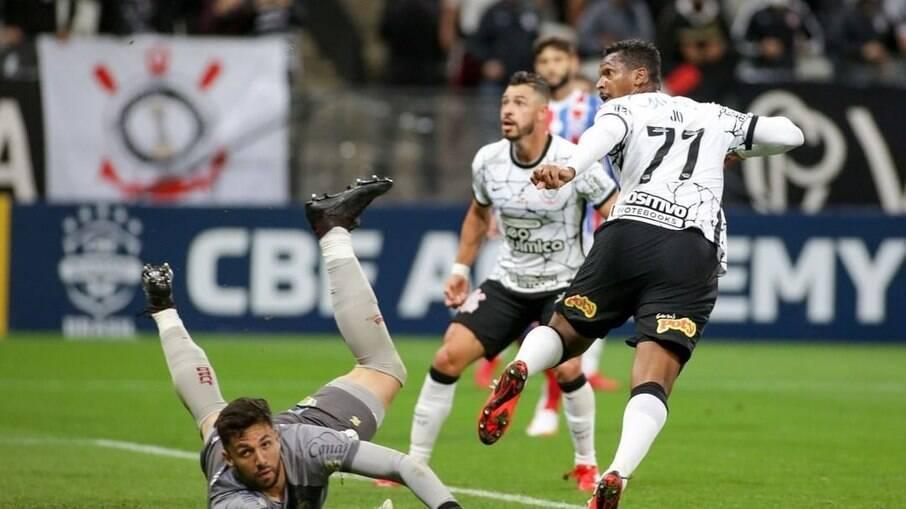 Jô marcou na vitória do Corinthians sobre o Bahia