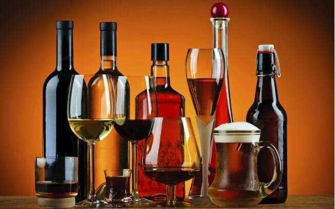 Bebida alcoólica em excesso também causa mau hálito. Marcos explica que o álcool causa a irritação e consequente aumento na descamação da mucosa bucal. Foto: Thinkstock