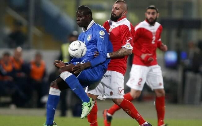 O italiano Balotelli sofre com a marcação da  defesa de Malta no duelo desta terça, na vitória  da Itália por 2 a 0