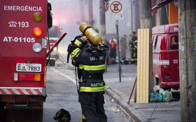 Bombeiros controlam incêndio no barracão da Pérola Negra