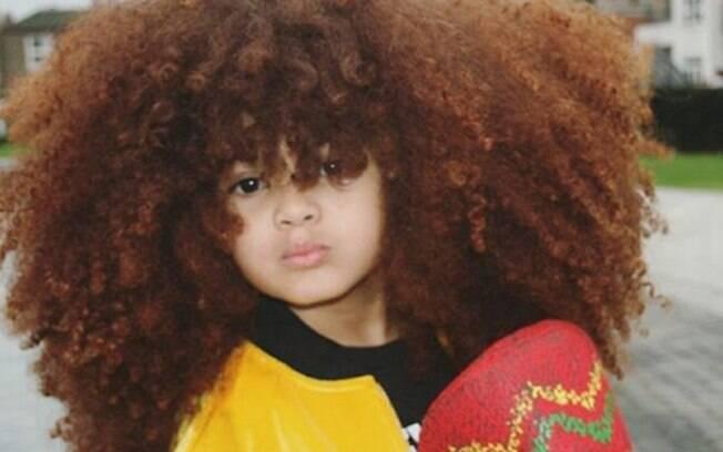 O cabelo black power e os looks estilosos fazem de Farouk James a sensação da Internet