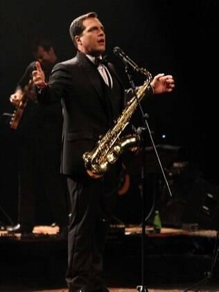 Daniel Boaventura além de cantar e atuar, ainda toca saxofone