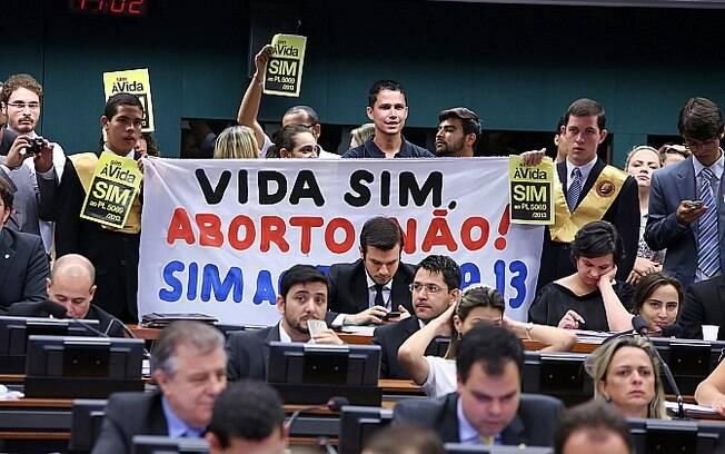 Manifestantes se posicionam favoráveis ao PL que diminui direitos das mulheres, na quarta-feira